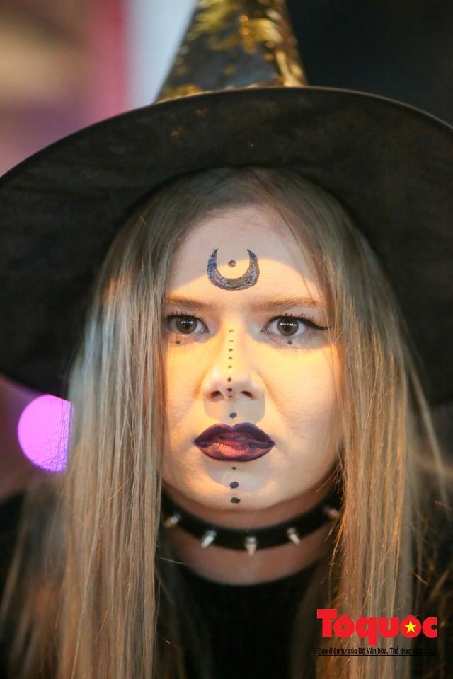 """""""Bóng ma vật vờ"""" trên nhiều tuyến phố Hà Nội đêm hội hoá trang Halloween - Ảnh 17."""