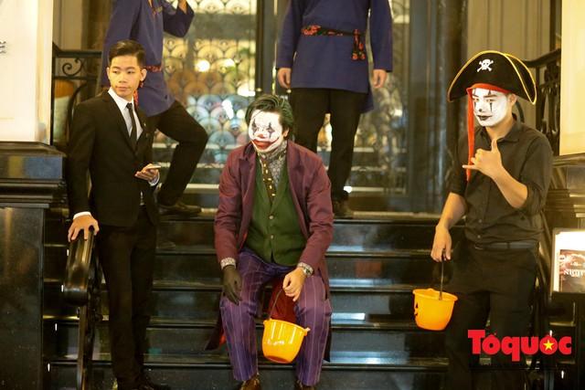 """""""Bóng ma vật vờ"""" trên nhiều tuyến phố Hà Nội đêm hội hoá trang Halloween - Ảnh 16."""