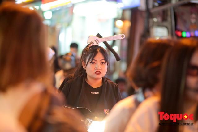 """""""Bóng ma vật vờ"""" trên nhiều tuyến phố Hà Nội đêm hội hoá trang Halloween - Ảnh 13."""