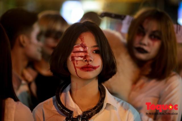 """""""Bóng ma vật vờ"""" trên nhiều tuyến phố Hà Nội đêm hội hoá trang Halloween - Ảnh 11."""