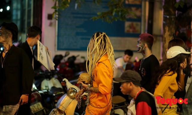 """""""Bóng ma vật vờ"""" trên nhiều tuyến phố Hà Nội đêm hội hoá trang Halloween - Ảnh 9."""