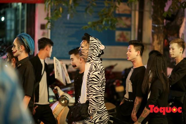 """""""Bóng ma vật vờ"""" trên nhiều tuyến phố Hà Nội đêm hội hoá trang Halloween - Ảnh 8."""