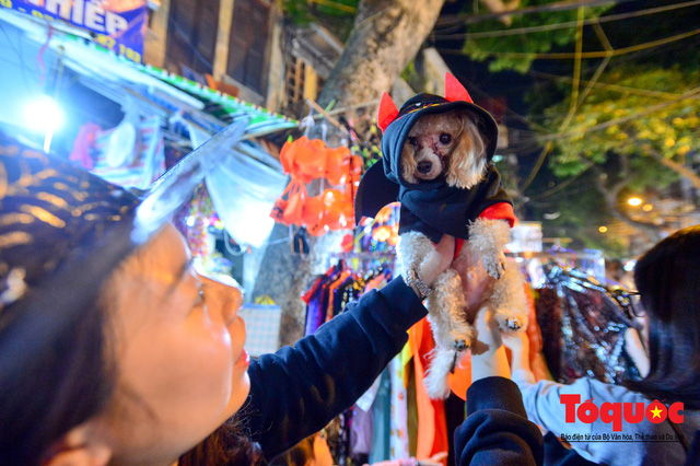 """""""Bóng ma vật vờ"""" trên nhiều tuyến phố Hà Nội đêm hội hoá trang Halloween - Ảnh 3."""