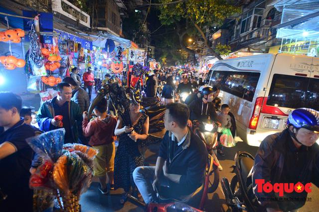 """""""Bóng ma vật vờ"""" trên nhiều tuyến phố Hà Nội đêm hội hoá trang Halloween - Ảnh 1."""