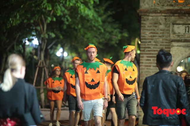 """""""Bóng ma vật vờ"""" trên nhiều tuyến phố Hà Nội đêm hội hoá trang Halloween - Ảnh 7."""