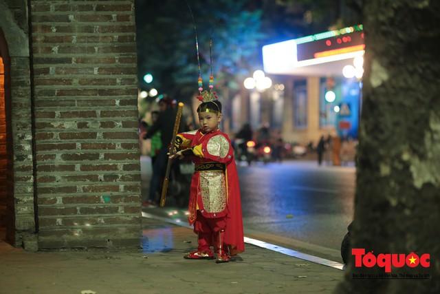 """""""Bóng ma vật vờ"""" trên nhiều tuyến phố Hà Nội đêm hội hoá trang Halloween - Ảnh 6."""