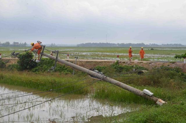 Bão số 5 tại miền Trung: EVNCPC đã khôi phục cấp điện cho 93.512 khách hàng - Ảnh 2.