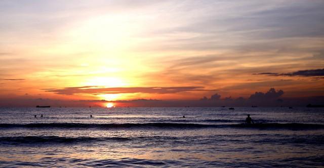 Trải nghiệm bình minh huyền ảo trên bãi biển Cửa Lò - Ảnh 1.