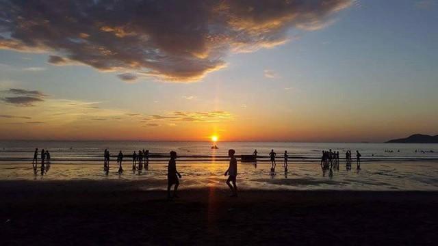 Trải nghiệm bình minh huyền ảo trên bãi biển Cửa Lò - Ảnh 2.