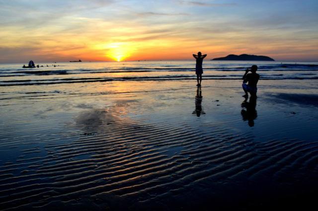 Trải nghiệm bình minh huyền ảo trên bãi biển Cửa Lò - Ảnh 5.