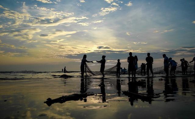 Trải nghiệm bình minh huyền ảo trên bãi biển Cửa Lò - Ảnh 7.