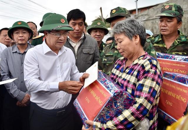 Phó Thủ tướng Trịnh Đình Dũng kiểm tra, đôn đốc công tác phòng chống bão số 6 tại Bình Định - Ảnh 1.