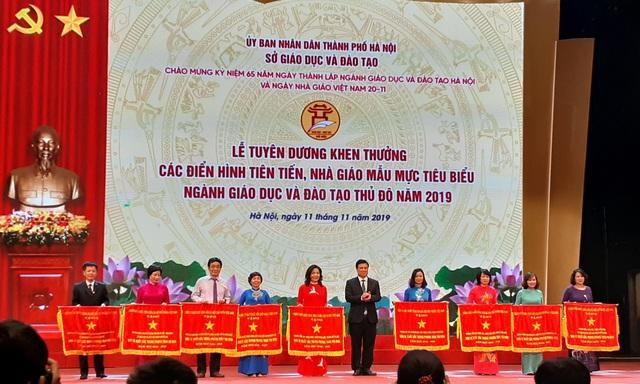 Hà Nội tuyên dương khen thưởng nhà giáo mẫu mực tiêu biểu của Thủ đô - Ảnh 2.