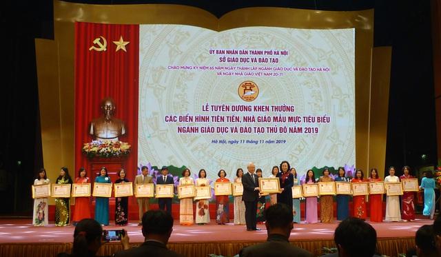 Hà Nội tuyên dương khen thưởng nhà giáo mẫu mực tiêu biểu của Thủ đô - Ảnh 1.