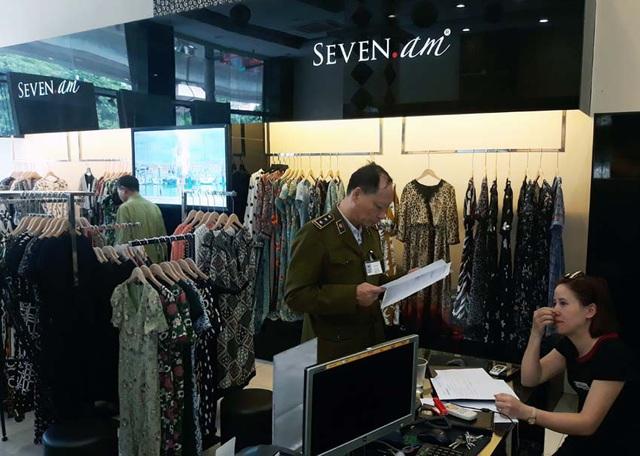Hơn 9.000 sản phẩm của hãng thời trang SEVEN.AM bị tạm giữ  - Ảnh 1.
