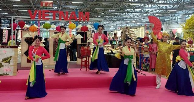 Văn hóa, nhạc cụ, múa rối nước Việt Nam thu hút khách tham quan tại Italy - Ảnh 1.