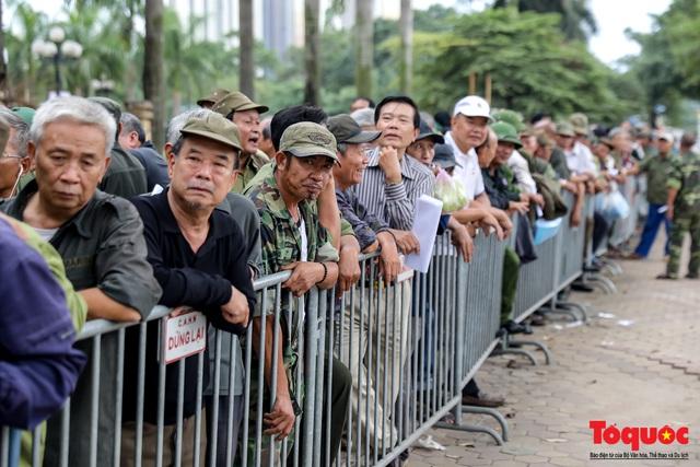Thương binh xếp hàng dài chờ đăng ký lấy vé trận Việt Nam - UAE - Ảnh 1.