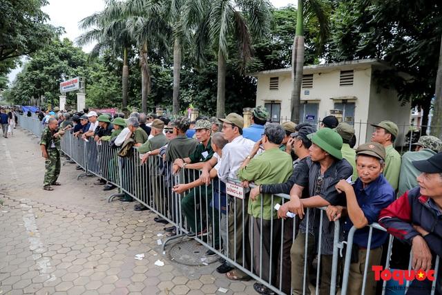 Thương binh xếp hàng dài chờ đăng ký lấy vé trận Việt Nam - UAE - Ảnh 4.