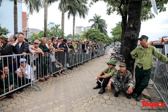 Thương binh xếp hàng dài chờ đăng ký lấy vé trận Việt Nam - UAE - Ảnh 5.