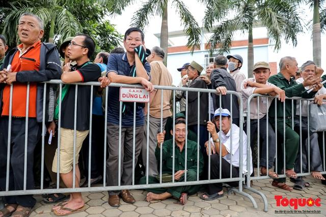 Thương binh xếp hàng dài chờ đăng ký lấy vé trận Việt Nam - UAE - Ảnh 6.