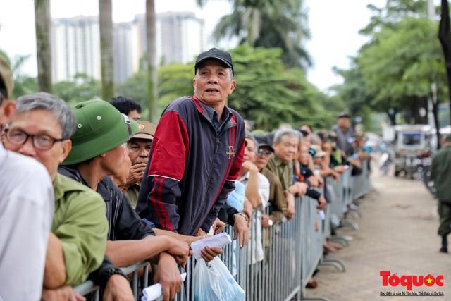Thương binh xếp hàng dài chờ đăng ký lấy vé trận Việt Nam - UAE - Ảnh 9.