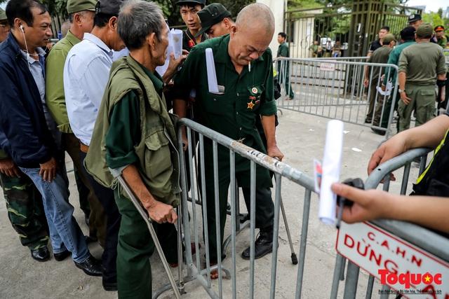 Thương binh xếp hàng dài chờ đăng ký lấy vé trận Việt Nam - UAE - Ảnh 11.