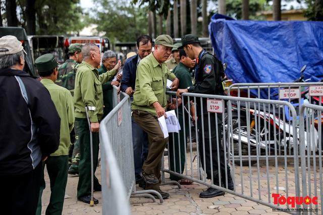 Thương binh xếp hàng dài chờ đăng ký lấy vé trận Việt Nam - UAE - Ảnh 10.