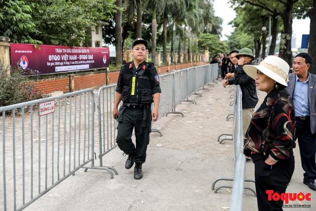 Thương binh xếp hàng dài chờ đăng ký lấy vé trận Việt Nam - UAE - Ảnh 2.