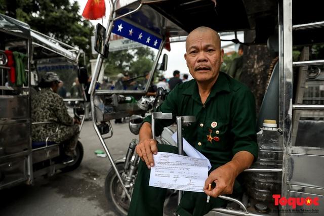 Thương binh xếp hàng dài chờ đăng ký lấy vé trận Việt Nam - UAE - Ảnh 14.