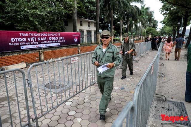 Thương binh xếp hàng dài chờ đăng ký lấy vé trận Việt Nam - UAE - Ảnh 3.