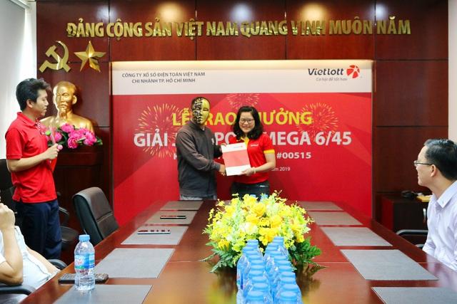 Trúng Vietlott 26 tỷ đồng, khách hàng tặng nhân viên bán hàng Vinmart+ 30 triệu đồng - Ảnh 2.