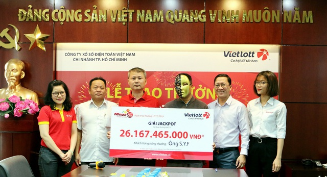 Trúng Vietlott 26 tỷ đồng, khách hàng tặng nhân viên bán hàng Vinmart+ 30 triệu đồng - Ảnh 1.