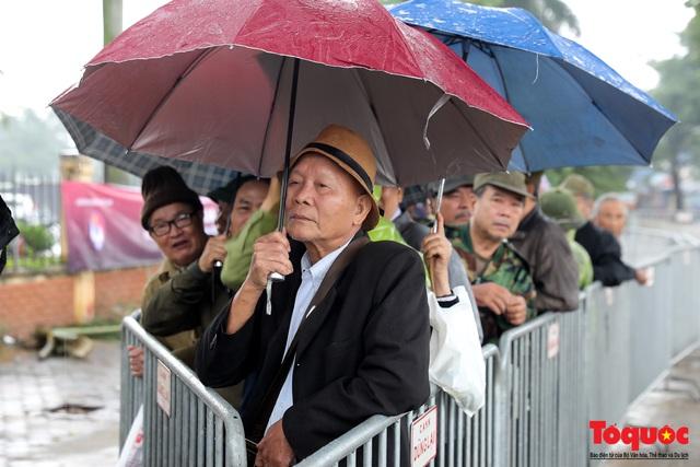 Thương binh đội mưa chờ mua vé trận Việt Nam - UAE, vé vừa ra cửa đã được tuồn ra chợ đen - Ảnh 1.