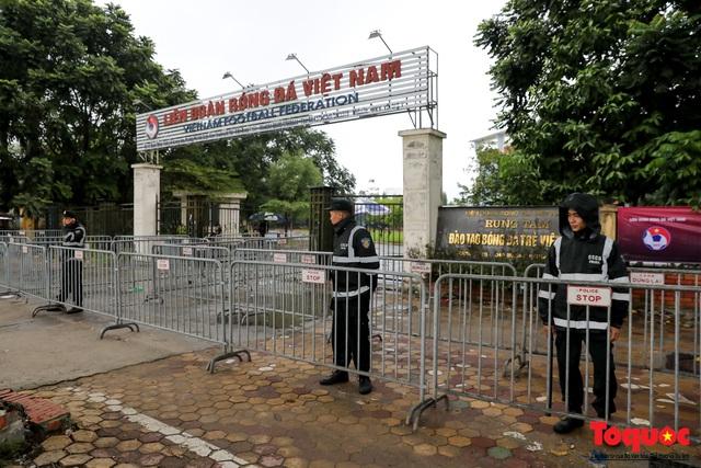 Thương binh đội mưa chờ mua vé trận Việt Nam - UAE, vé vừa ra cửa đã được tuồn ra chợ đen - Ảnh 5.