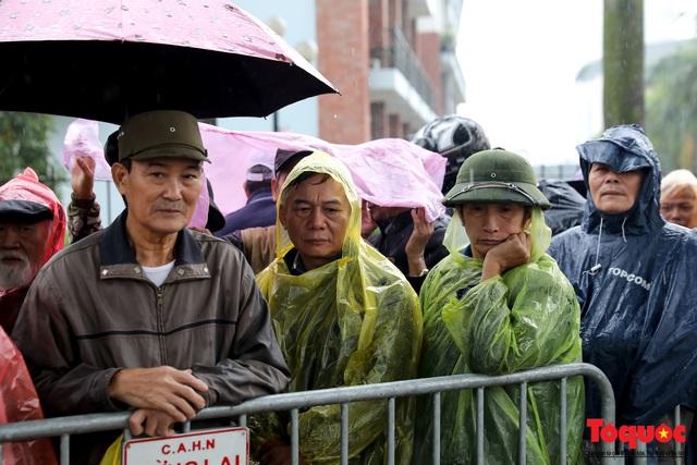 Thương binh đội mưa chờ mua vé trận Việt Nam - UAE, vé vừa ra cửa đã được tuồn ra chợ đen - Ảnh 2.