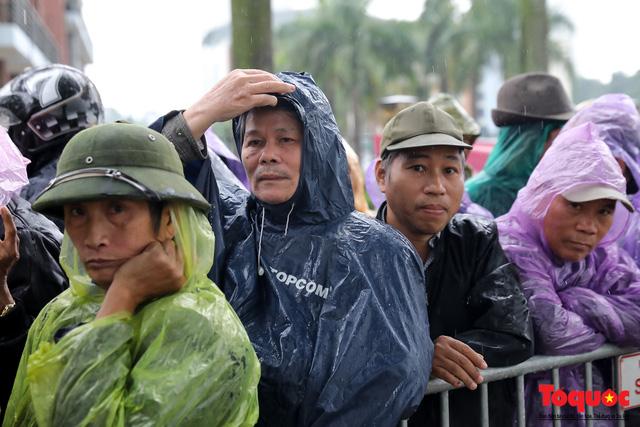 Thương binh đội mưa chờ mua vé trận Việt Nam - UAE, vé vừa ra cửa đã được tuồn ra chợ đen - Ảnh 3.