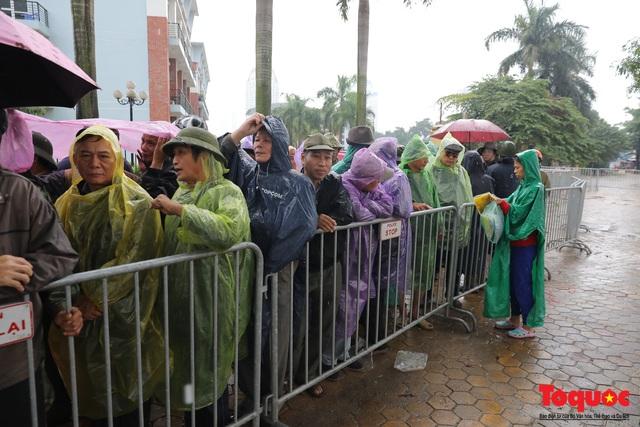 Thương binh đội mưa chờ mua vé trận Việt Nam - UAE, vé vừa ra cửa đã được tuồn ra chợ đen - Ảnh 4.
