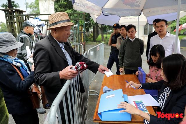 Thương binh đội mưa chờ mua vé trận Việt Nam - UAE, vé vừa ra cửa đã được tuồn ra chợ đen - Ảnh 6.