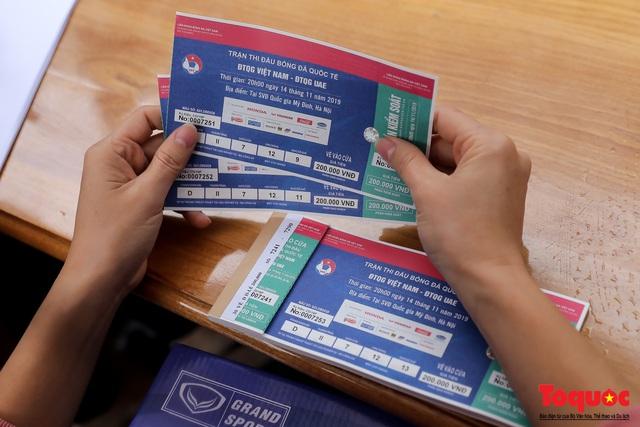 Thương binh đội mưa chờ mua vé trận Việt Nam - UAE, vé vừa ra cửa đã được tuồn ra chợ đen - Ảnh 7.