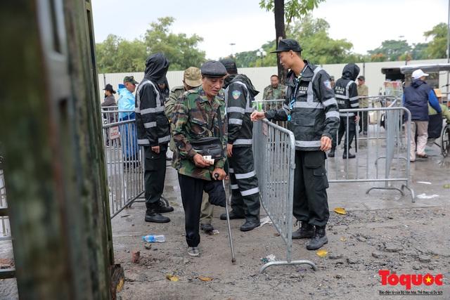 Thương binh đội mưa chờ mua vé trận Việt Nam - UAE, vé vừa ra cửa đã được tuồn ra chợ đen - Ảnh 9.