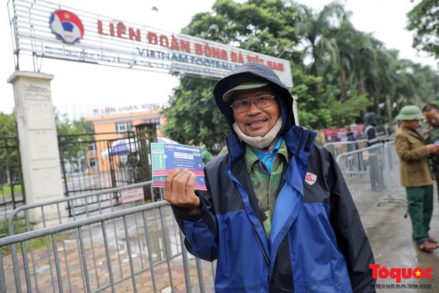 Thương binh đội mưa chờ mua vé trận Việt Nam - UAE, vé vừa ra cửa đã được tuồn ra chợ đen - Ảnh 10.