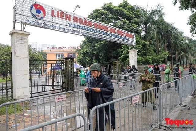 Thương binh đội mưa chờ mua vé trận Việt Nam - UAE, vé vừa ra cửa đã được tuồn ra chợ đen - Ảnh 11.