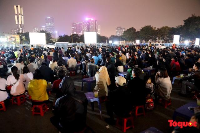 Hàng quán quanh sân Mỹ Đình chật kín khách theo dõi ĐT Việt Nam thi đấu - Ảnh 1.