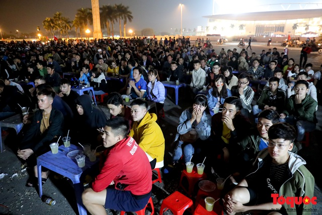 Hàng quán quanh sân Mỹ Đình chật kín khách theo dõi ĐT Việt Nam thi đấu - Ảnh 2.