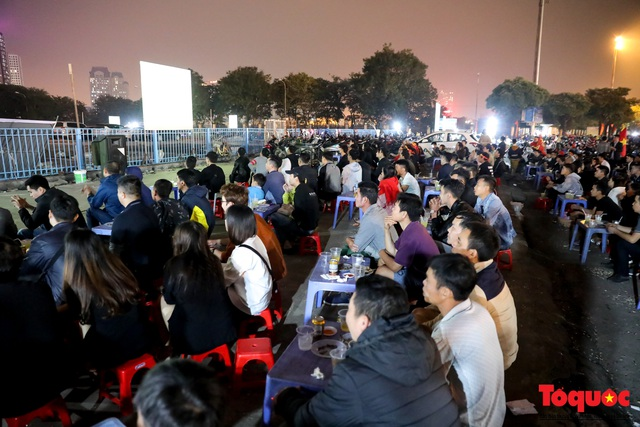 Hàng quán quanh sân Mỹ Đình chật kín khách theo dõi ĐT Việt Nam thi đấu - Ảnh 3.