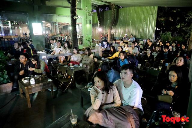 Hàng quán quanh sân Mỹ Đình chật kín khách theo dõi ĐT Việt Nam thi đấu - Ảnh 7.