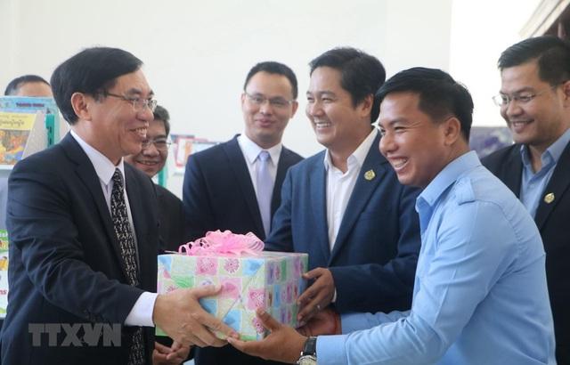 Việt Nam tặng 500 đầu sách cho Thư viện tỉnh Kampong Speu - Ảnh 1.