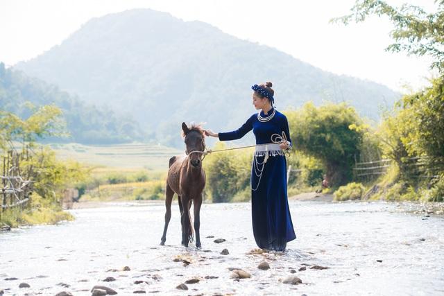 Hoa hậu Lương Thùy Linh hóa thiếu nữ dân tộc Tày đi chăn ngựa - Ảnh 2.