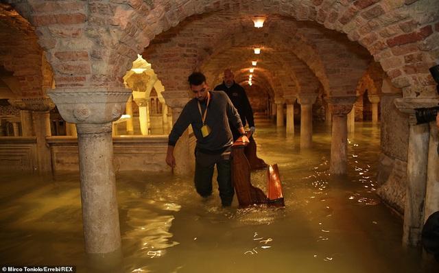 """Những hình ảnh ấn tượng về trận lụt lịch sử đang """"hoành hành"""" thiên đường Venice, Italy - Ảnh 9."""