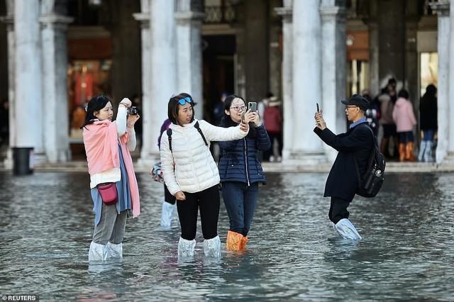 """Những hình ảnh ấn tượng về trận lụt lịch sử đang """"hoành hành"""" thiên đường Venice, Italy - Ảnh 11."""